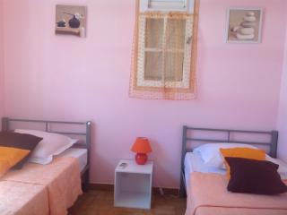 La chambre orange 2 lits 90•190 climatisée