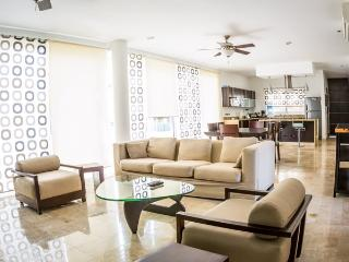 2 Bedroom Penthouse at Mamitas Beach!, Playa del Carmen