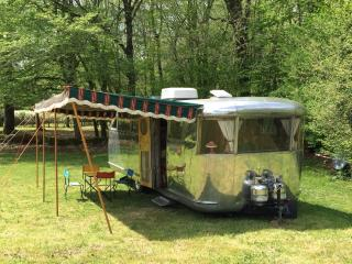 Vintage Airstream US Caravan with its swimming pool, in Dordogne (Gîte)