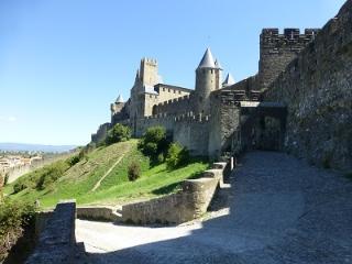 vous êtes au pied de la cité avec un accès direct par un escalier du 12ème siècle