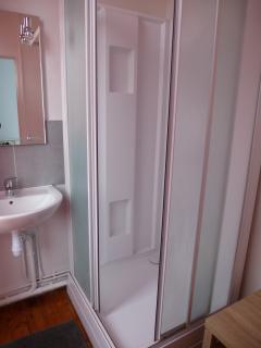 Salle de bain avec grande douche.