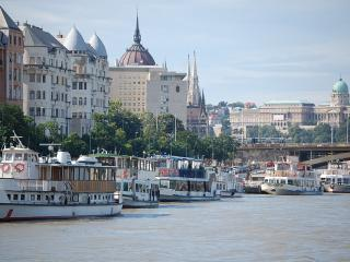50 m2 apartment with Danube River View +AC ,wifi ,free minibar ,20 m from Danube