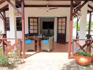 De gezellige porch met ruime zit/eet gelegenheid