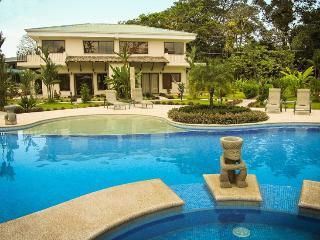 Villa junto a la piscina, la comodidad del hogar en el trópico!, Quepos