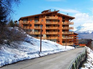ChantelE - stunning ski in and out 4/5 bedroom apartment, with access to a pool