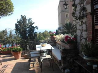 CASA OASI  with view & terrace, Taormina
