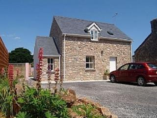 'Two Hoots'  Pretty Cottage Frontage with Gated Parking for 3 +