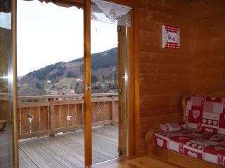 terrasse bois direct sur le salon avec vue imprenable sur le village