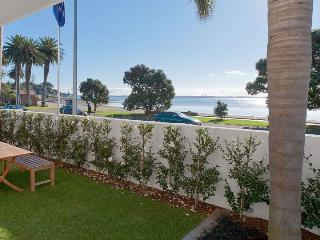 Modern Waterfront 2 Bedroom Apartment in St Heliers Opposite the Beach