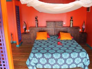 Chambre avec lit 160x200 cm équipée de moustiquaire