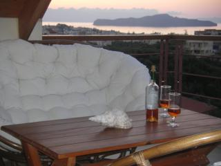 Chania villa walk distance to beach,seaview,3 bedrooms,wifi.bbq,great location, Agii Apostoli