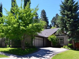 Charming House- Walk to Old Mill and River!, Bend
