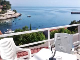 Chalet with terrace, 50m from beach, Ciudad de Curzola (Korčula)