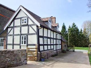 STONE HOUSE, feature beams and inglenook fireplace, woodburning stove, near The Shropshire Way in Caynham, Ref 917912