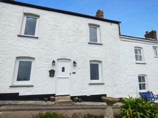 4 COASTGUARD COTTAGES, family holiday home, over three floors, woodburner, WiFi, Sky TV, in Coverack, Ref 922062