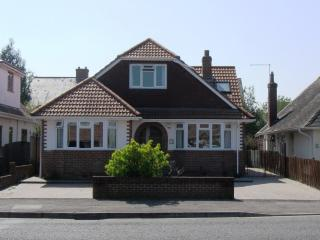 BOURNECOAST: QUAY & RIVER short walk away - 2 Bedroom Chalet Bungalow - HB5819