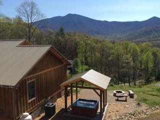 LOOK! AMAZING MOUNTAIN VIEW, HOT-TUB, FIRE-PIT 3/2
