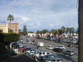 Veduta porto di Milazzo con il Municipio nello sfondo