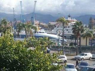 Veduta porto di Milazzo imbarco aliscafi e navi