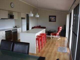 Ashton Cottage - Self Contained - Ideal for business/family stay (NBN Internet).