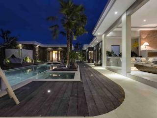 Complex of comfy spacious modern villas 6BR, Seminyak