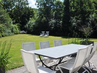 Zonnig terras en grote, privacy biedende tuin