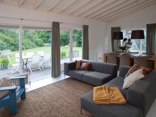 Royale woonkamer met kabel-TV en openslaande deuren naar de tuin