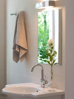 Badkamer met wastafel en bad/douche-combinatie