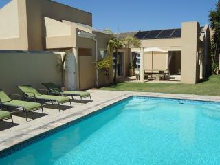 Modern villa with large private pool, Ciudad del Cabo