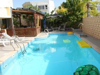 One bedroom flat with a  pool in Ashdod