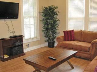 Roses Haus - 2Br/1Bth- SLEEPS 8! Walking distance to Texas Tubes and the Comal!