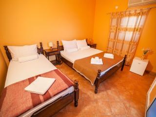 Private Accommodation Ivanović - Triple Room 2, Budva