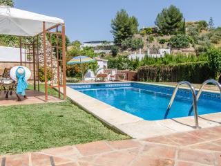 V02 DELIGHTFUL VILLA WITH POOL. WIFI., Nerja