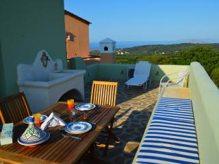 Studio with amazing sea and mountain view,ideal for couples,surrounded by nature, Tavronitis