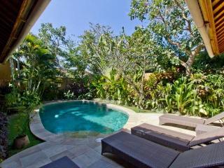 2 villa, 4 bedrooms 800m beach, Seminyak