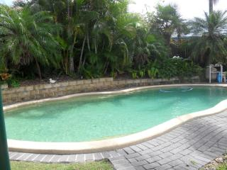 TROPICAL GOLD COAST OASIS - House 5 bedrooms 2 bathrooms. Pet welcome