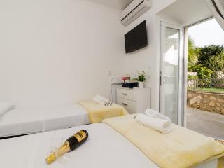 Apartments Kapelica- Twin or Double Room with Terrace and Sea View, Dubrovnik