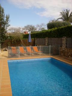 Pool and terrace with sunbeds (6 available)