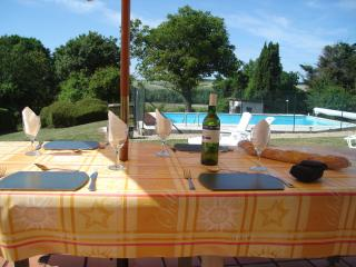 Holiday Home with swimming Pool St Thomas de Conac