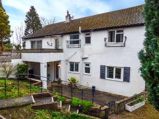 TREETOPS, ground floor apartment near shops, pubs, restaurants and beach in Rhos-on-Sea, Ref 917282