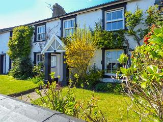 1 COURT END COTTAGE, fire and woodburner, WiFi, pet-friendly cottage near beach,