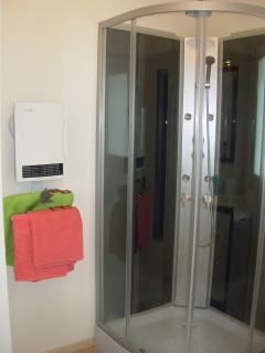 salle d'eau avec douche multi-jet 3 fonctions