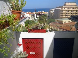 90 M2 HOUSE WITH LARGE PANORAMIC SEA VIEW TERRACE IN CENTRAL PUERTO DE LA CRUZ