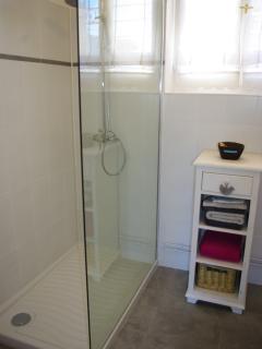La salle de bain avec la douche à l'italienne