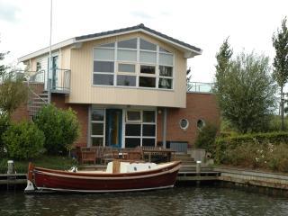 Villa Lisdodde 1, for rent 3 launch boats, beach., Workum