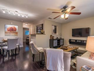 Modern Condo Minutes to Downtown, Lake Austin & UT
