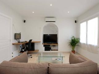 Charming 2 bedroom flat in Beaulieu