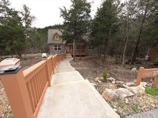Lazy Pines Lodge - Cozy 2 Bedroom, 2 Bath Cabin at lovely Stonebridge Resort!, Branson West