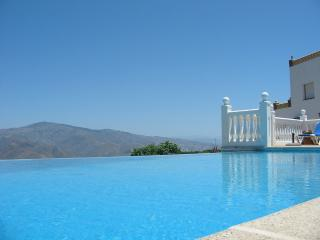Secluded Villa With Breathtaking Views & Pool