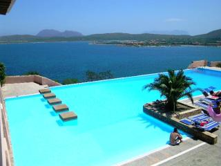 Ladunia seafront aptmt walking distance to beaches, Porto Rotondo